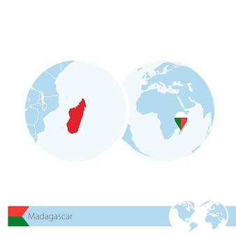 Madagascar sur globe terrestre avec drapeau et carte régionale de madagascar. illustration vectorielle.