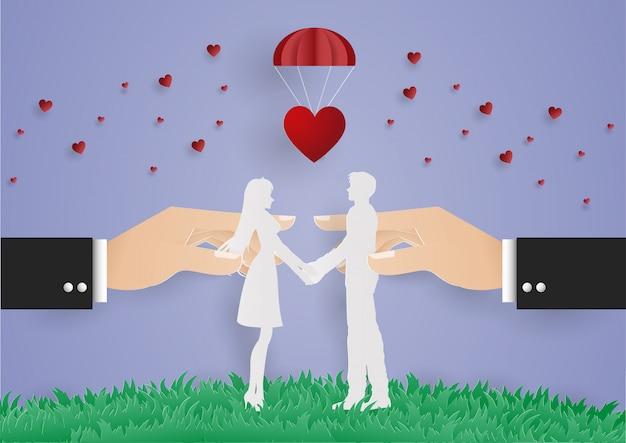 Main d'affaires tenir homme et femme de contrôle pour l'amour