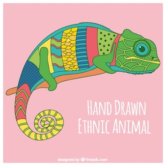 Main caméléon dessinée colorée dans un style ethnique