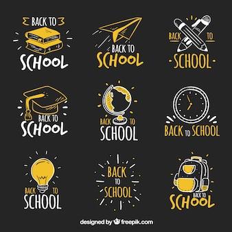 Main dessiné à des étiquettes d'école dans le style de tableau noir