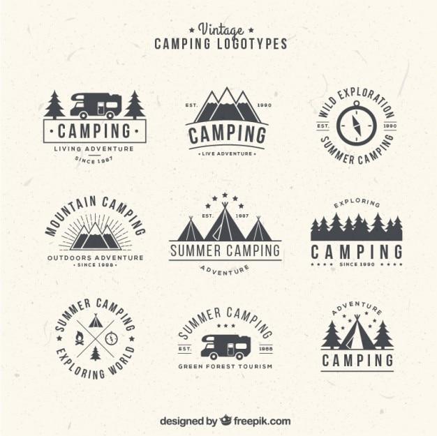 Main dessiné logos de camping dans le style vintage