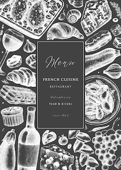 Main a esquissé un dépliant de pique-nique de cuisine française sur tableau noir. épicerie fine et boissons fond à la mode. parfait pour la recette, le menu, l'étiquette, l'icône, l'emballage. modèle vintage de nourriture et de boissons français.