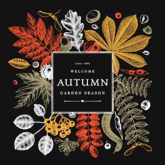 Main a esquissé les feuilles d'automne en couleur sur tableau noir. modèle botanique élégant avec des feuilles d'automne, des baies, des croquis de graines. parfait pour l'invitation, les cartes, les dépliants, le menu, l'étiquette, l'emballage.
