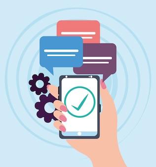Main féminine avec smartphone vérifier les communications de messages