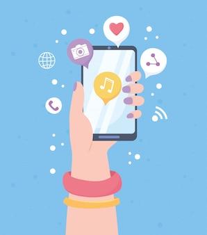 Main féminine avec système de communication de réseau social d'application de musique mobile et technologies