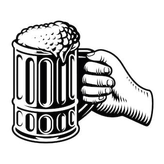 Main avec un grand verre de bière isolé sur blanc