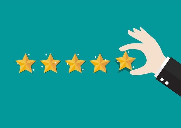 Main d'homme d'affaires donnant cinq étoiles. commentaires avec note de satisfaction.