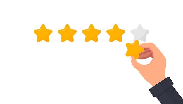 La main d'un homme d'affaires donne une note de cinq étoiles pour évaluer un service ou un bien
