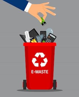 Main d'homme d'affaires mettre la batterie à la poubelle