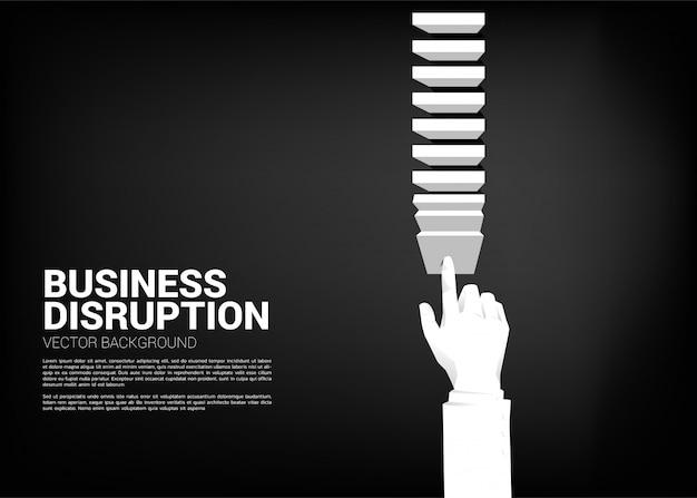 Main d'homme d'affaires poussant le bloc pour créer un effet domino pour atteindre l'objectif