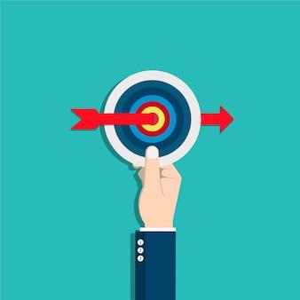 La main de l'homme d'affaires tient la cible avec une flèche. fixation d'objectifs.