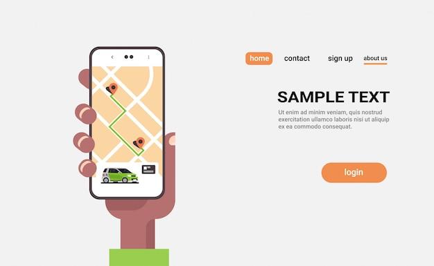 Main humaine à l'aide de la commande en ligne de partage de voiture de taxi, application mobile, concept de transport, service d'autopartage, application de covoiturage, écran de smartphone avec carte gps copie espace horizontal