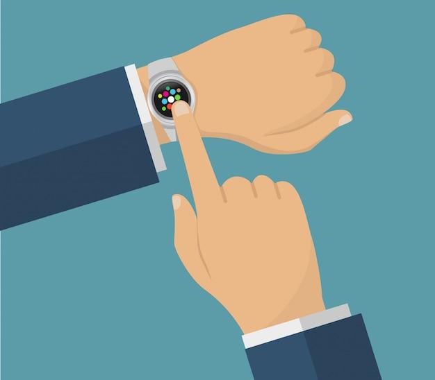 Main humaine avec des montres intelligentes. fonctionnement avec des montres intelligentes.