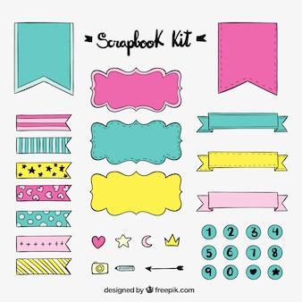 Main kit de scrapbook dessiné avec des rubans et des autocollants
