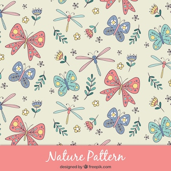 Main libellule dessinée et motif papillon