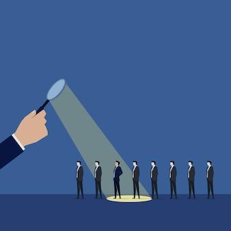 Main avec magnify choisir un employé pour l'embauche d'un travailleur.