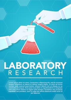 Main de médecin tenant un tube à essai en verre et bécher de laboratoire