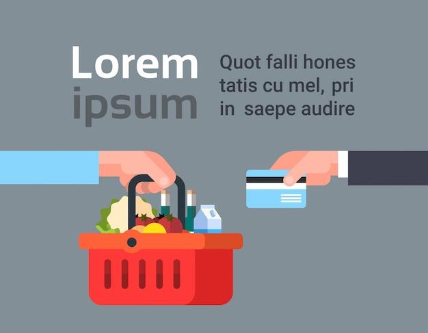 Main payant pour le panier de produits d'épicerie avec carte de crédit, commande en ligne et concept de service de livraison