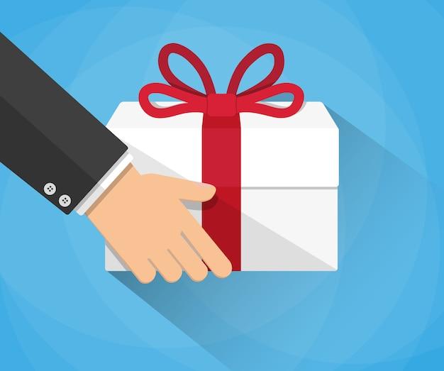 Main portant une boîte-cadeau