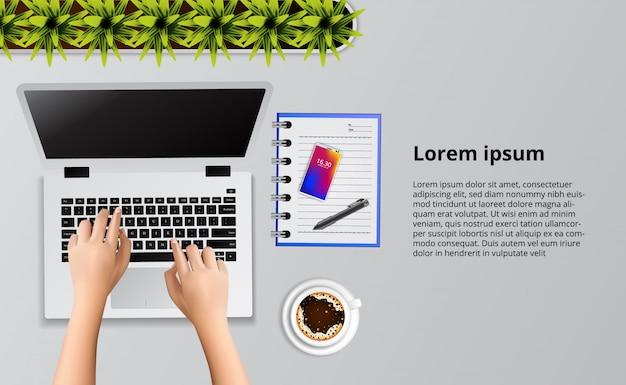 Main en tapant sur l'ordinateur portable sur la vue de dessus de bureau avec illustration note et café