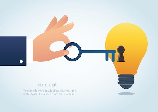 Main tenant la clé avec trou de la serrure sur l'ampoule