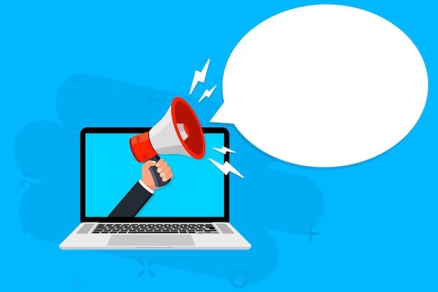 Main tenant un mégaphone sortant d'un ordinateur portable promotion ciblée sur internet de marketing numérique