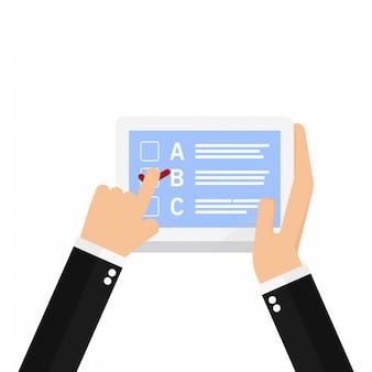 Main tenant un ordinateur portable avec le doigt pointé sur la liste de contrôle dessus
