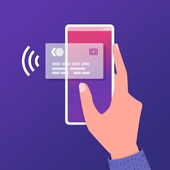 Main tenant le smartphone avec carte de crédit à l'écran.