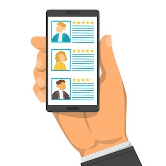 Main tenant un smartphone avec liste de candidats