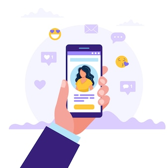 Main tenant des smartphones avec photo de femme