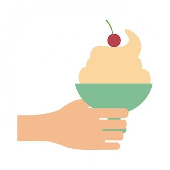 Main tenant une tasse de crème glacée
