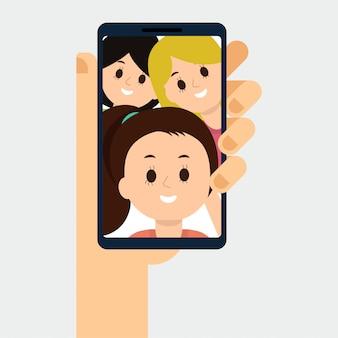 Main tenant le téléphone, parler avec les gens, en regardant l'écran.
