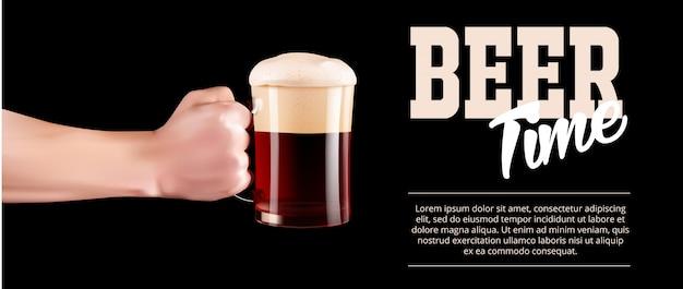 Main tenant un verre de bière froide avec bannière pleine mousse