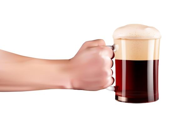 Main tenant un verre de bière froide pleine de mousse.