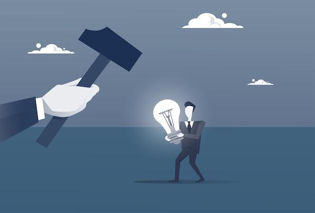 Main tenir le marteau courtage homme d'affaires avec ampoule