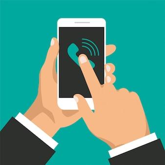 Main tient le smartphone avec appel entrant sur un écran.