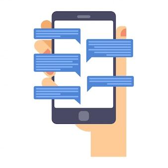 Main tient le téléphone intelligent avec l'application de messagerie