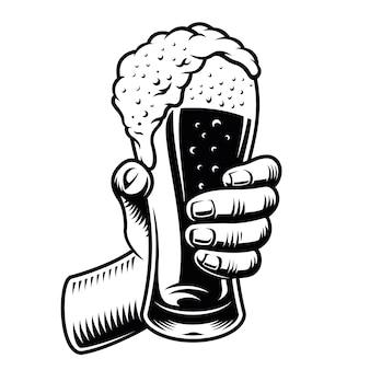 Main avec un verre de bière isolé sur blanc