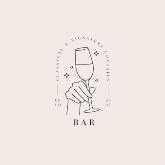 Main avec un verre de boisson. logo abstrait pour café ou bar.