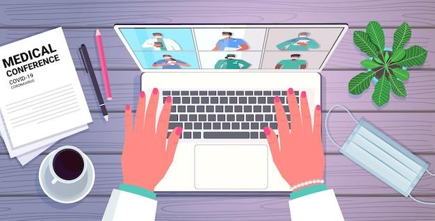 Mains à l'aide d'un ordinateur portable médecin discutant avec mix race collègues sur écran médecins ayant conférence médicale médecine soins de santé en ligne communication concept portrait horizontal illustration vectorielle