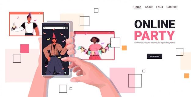 Mains à l'aide de smartphone célébrant la fête d'anniversaire en ligne pendant un appel vidéo
