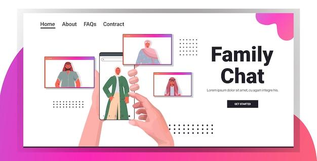 Mains à l'aide de smartphone discutant avec des personnes arabes dans les fenêtres du navigateur web au cours de la réunion virtuelle appel vidéo chat familial communication en ligne