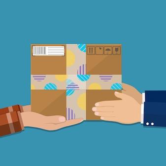 Mains avec boîte en carton postal.