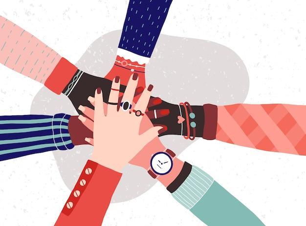 Mains d'un groupe diversifié de femmes mettant ensemble