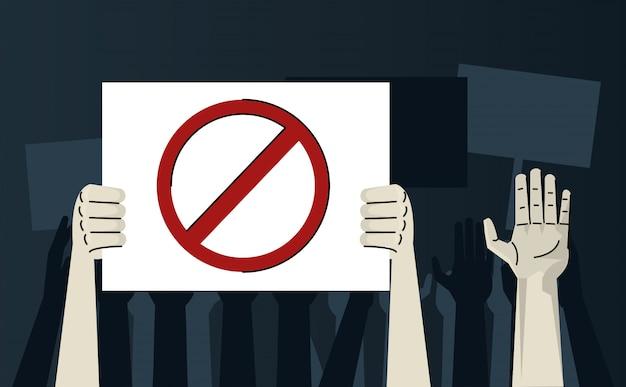 Les mains de l'homme protestant contre le signal d'arrêt de la pancarte de levage