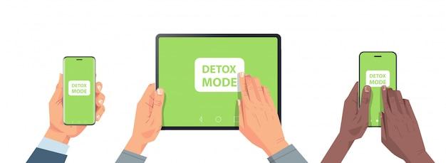 Mains humaines tenant des appareils numériques avec mode désintoxication à l'écran abandonnant internet et les réseaux sociaux