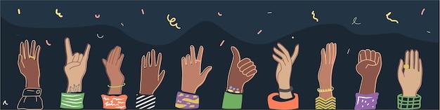 Les mains levées de la foule multiethnique, symbole du festival, de la fête.