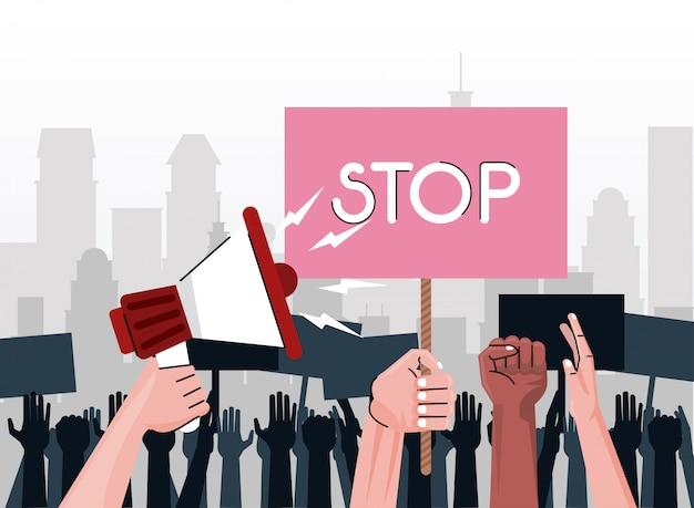 Les mains de personnes interraciales protestant contre une pancarte de levage avec mot d'arrêt et mégaphone sur la ville