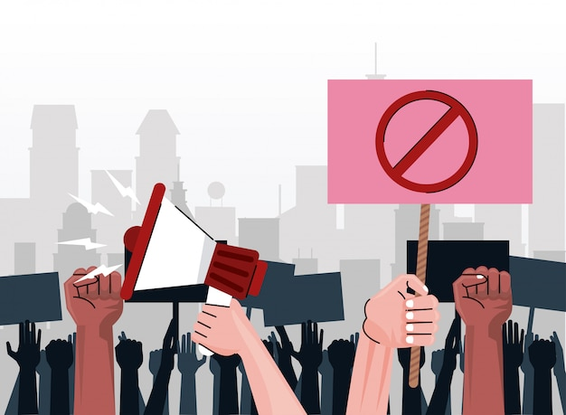 Les mains de personnes interraciales protestant contre une pancarte de levage avec symbole d'arrêt et mégaphone sur la ville