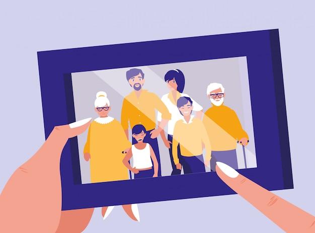 Mains soulevant un portrait avec photo de famille